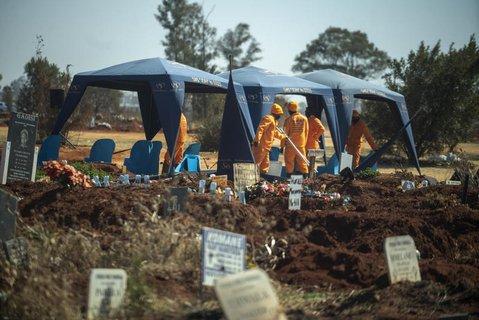 Südafrika, Johannesburg: Arbeiter bereiten eine Beerdigung auf dem  Olifantsveil-Friedhof außerhalb der Stadt vor.