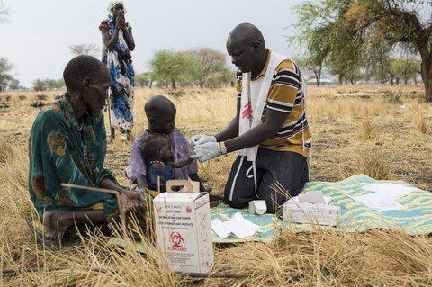 Ein Kind im Südsudan wird auf Malaria getestet.