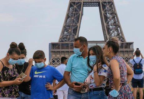 Touristen vor dem Eiffelturm.?
