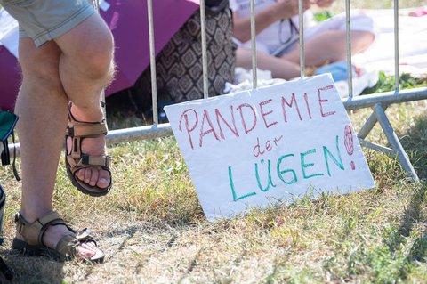 """Gegner der Corona-Schutzma?nahmen?haben sich am Samstag in Stuttgart zu einer ?Querdenken""""-Demo versammelt.?"""