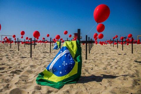 Am Strand der Copacabana in Rio de Janeiro wurde symbolisch der Covid-19-Toten gedacht.