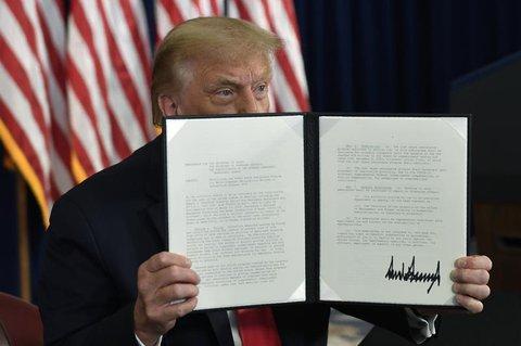 US-Präsident Donald Trump zeigt das Dekret.