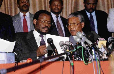 Mangosuthu Buthelezi mit Nelson Mandela (r.) im Jahr 1991.