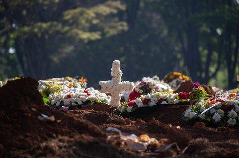 Frische Blumen an einem Grab in Brasilien.
