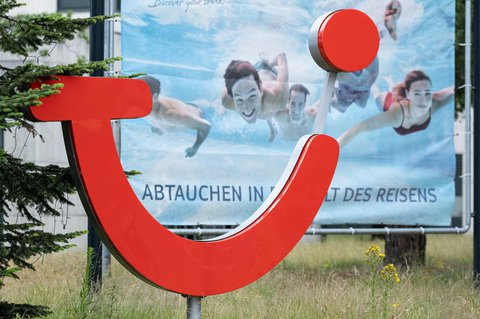 TUI-Werbung vor der Zentrale in Hannover