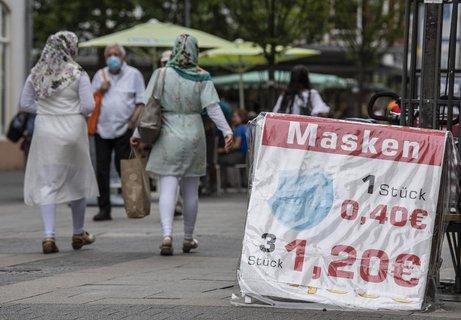 Ein Geschäft in Offenbach verkauft Masken.