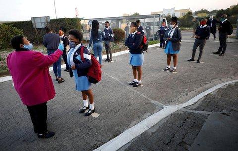 Temperaturmessung bei Schülern in Kapstadt.
