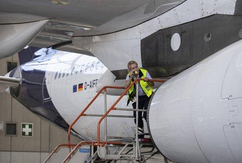 Eine Technikerin der Lufthansa inspiziert eine Maschine.