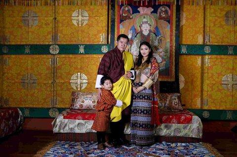 König Jigme Khesar Namgyel Wangchuck mit seiner Frau und dem ersten Sohn.