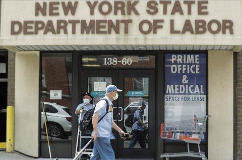 Ein Passant geht an einem Büro des New Yorker Arbeitsministeriumsvorbei.