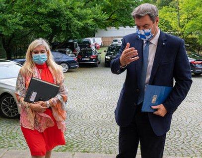 Melanie Huml und Markus Söder vor der Pressekonferenz