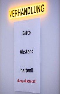 Ein Schild am Landgericht Innsbruck weist auf eine laufende Verhandlung hin.