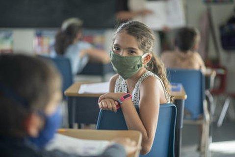 Eine Schülerin mit Maske im Unterricht.