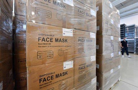 Masken werden in einer Halle in Thüringen gelagert.