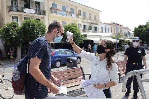 Auf der griechischen Insel Poros wird die Temperatur eines Passanten gemessen.