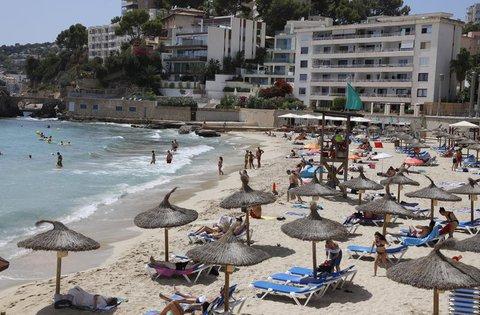 Menschen sind am Strand Cala Major in Palma.