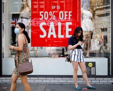 Ein Geschäft in London wirbt mit Sonderangeboten.