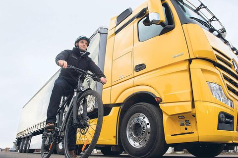 ADAC, VCD und ADFC fordern mehr Abbiegeassistenten für LKW. Rechtsabbiegende LKW sind für Radfahrer besonders gefährlich.