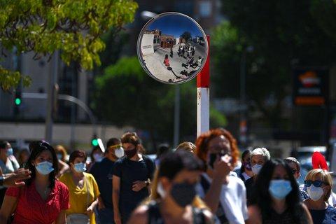 Stundenlang mussten Lehrer in Madrid am Mittwoch in der Schlange stehen.