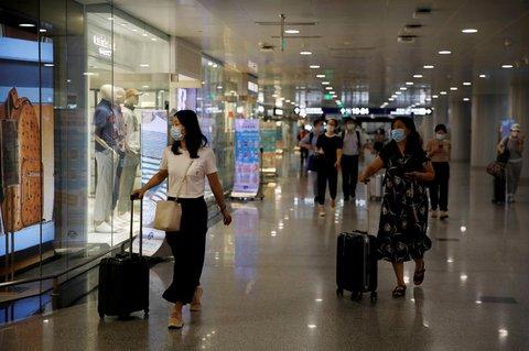 Reisende am Pekinger Flughafen