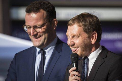 Sachsens Ministerpräsident Michael Kretschmer (r.) pflichtet Gesundheitsminister Jens Spahn bei.