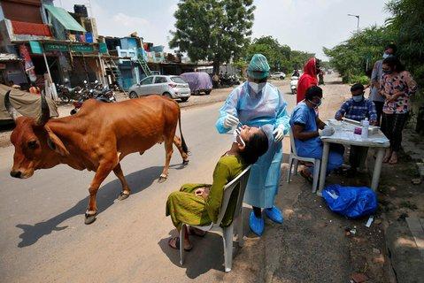 Audf einer Straße im indischen in Ahmedabad wird getestet.