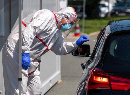 Reisende können sich an Autobahnen testen lassen.