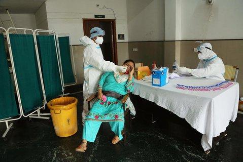 Coronatest in einem Krankenhaus in Indien