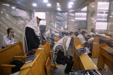 Morgengebet in einer Synagoge in Bnei Berak