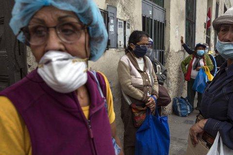 Wartende an einer Suppenküche in Peru