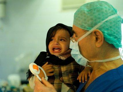 Ein Arzt hilft Kindern im Jemen.