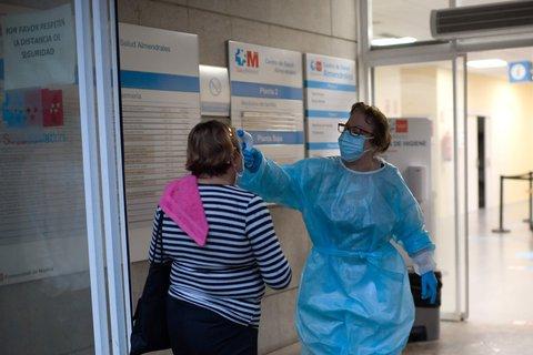 Temperaturcheck in einem Gesundheitszentrum in Madrid.