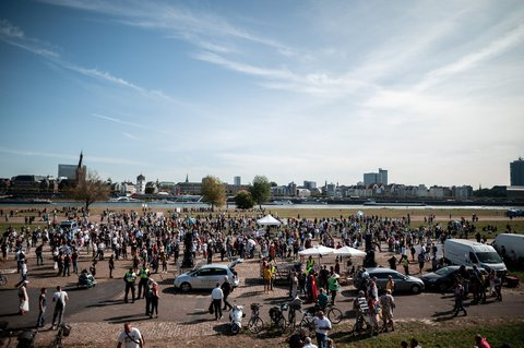 Demonstranten und Gegendemonstranten waren in Düsseldorf durch den Rhein getrennt.