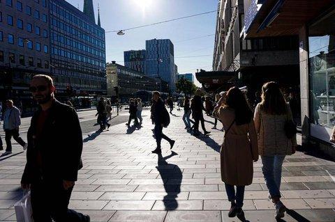 Passanten im sonnigen Stockholm