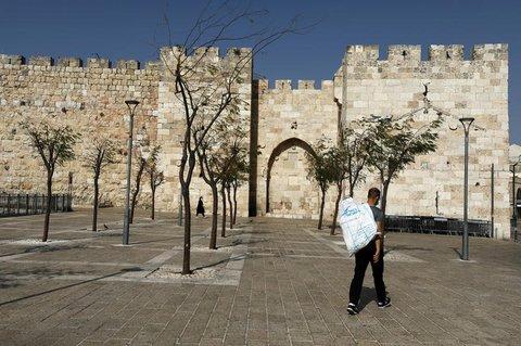 Lockdown: Fast menschenleerer Platz in Jerusalem
