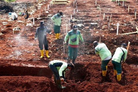 Männer heben Gräber für Covid-19-Tote in Indonesiens Hauptstadt Jakarta aus.