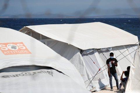 Männer stehen vor einem Zelt in der neu errichteten Flüchtlingsunterkunft auf Lesbos.