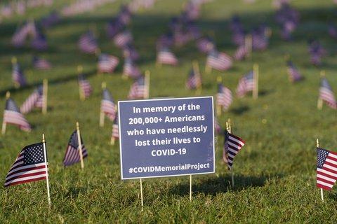 Ein Schild erinnert an die mittlerweile mehr als 200.000 Menschen in den USA, die an oder in Verbindung mit Covid-19 gestorben sind.