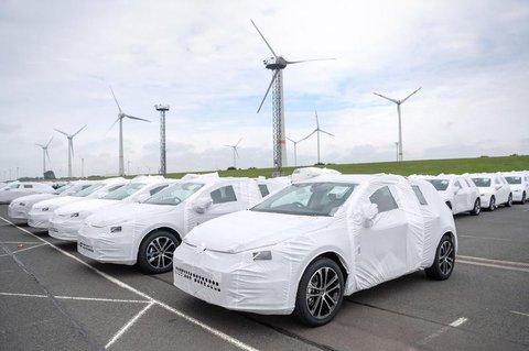 Autos von Volkswagen stehen für den Export inSchutzhüllen am Hafen.