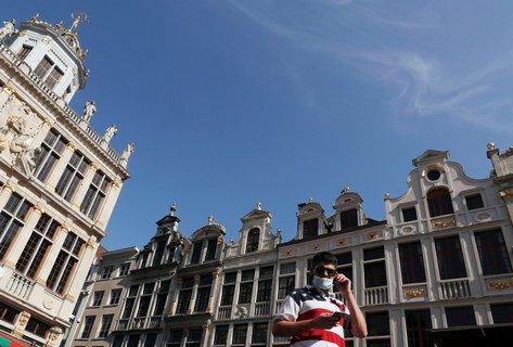 Ein Mann läuft mit Maske durch Brüssel.