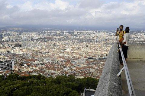 Blick auf Marseille. Mit Maske.