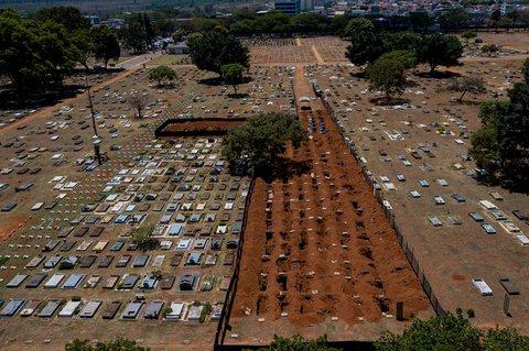 Luftblick auf neue Gräberauf dem Friedhof Taguatinga.