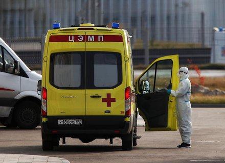 Ein Krankenwagen wartet vor einer Klinik für Covid-19-Patienten in Moskau.
