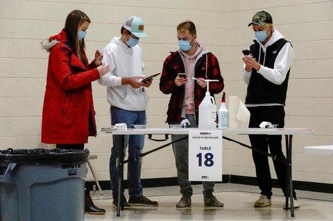 Im US-Bundesstaat North Dakota bereiten sich Bürger auf einen Coronavirus-Test vor.