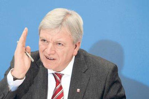 Immer mehr Intensivbetten seien belegt, mahnt Hessens Ministerpräsident Volker Bouffier (CDU).