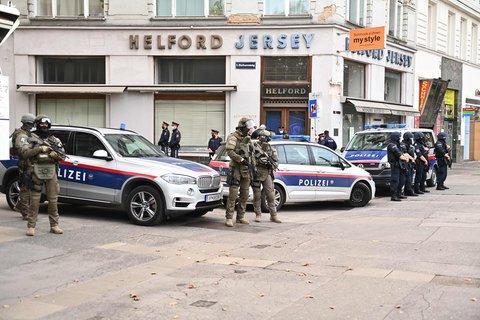 Polizisten sichern am Dienstag einen Tatort in Wien ab.