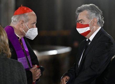 Kardinal Christoph Schönborn (links) und Werner Kogler, Vizekanzler von  Österreich, beim Trauergottesdienst für die Opfer des Terror-Anschlags.