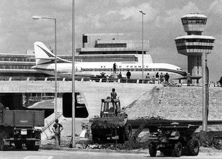Eine vollbesetzte Caravelle der französischen Fluggesellschaft Air France rollt am 10.06.1974 am FlughafenTegelin Berlin am neuen noch nicht ganz fertiggestellten Terminal-Gebäude und Tower vorbei.
