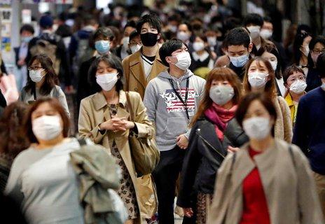 Die meisten Japaner tragen Masken.