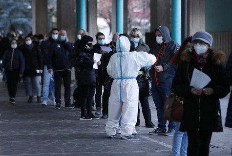 Menschen stehen vor einer Schnelltest-Einrichtung in Bozen.